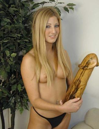 Junge Blondine mit dem Riesen Dildo