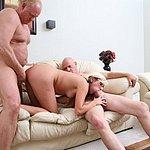 Junge Blondine beim Sex mit zwei reifen Männern