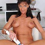 Mit ihrem Sexspielzeug verwöhnt sich die reife Frau