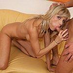 Schöne Blondine beim Blowjob auf Knien