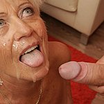 Die geile Oma hat jede Menge Sperma im Gesicht