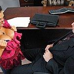 Schöne pralle Brüste hat die geile Sekretärin