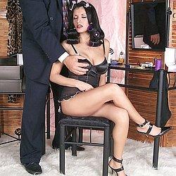 Ihrem Chef steht die devote Frau zur Verfügung