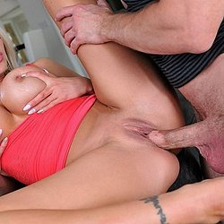 Scharfe Blondine mit dicken Titten gefickt