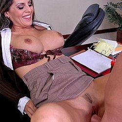 Auf dem Schreibtisch wird die geile Sekretärin gefickt