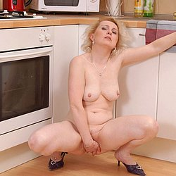 Reife Frau nackt in der Küche