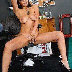 Nackt im Büro siehst du hier diese geile reife Frau