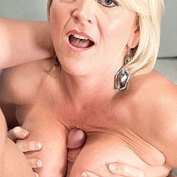 Schöne reife Frau beim Tittenfick