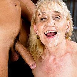 Geile Oma mit Sperma im Gesicht