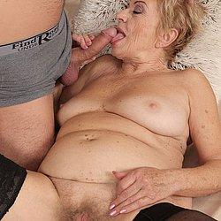 Geile Oma beim Schwanz blasen